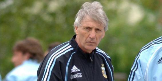Su primer entrenador en la selección nacional absoluta